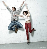 Photo de couple en plein saut