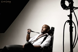 shooting homme en studio assis sur une chaise